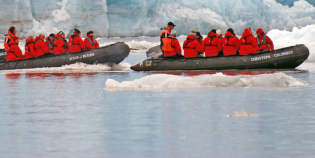 Tourism at Svalbard. Photo: Norwegian Polar Institute