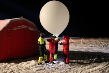 Release of weather baloon: Photo: Norwegian Polar Institute