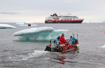 Tourists in Svalbard (Photo: NPI)